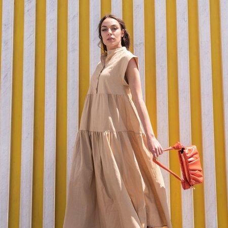 Vestito smanicato a balze in lino colore beige