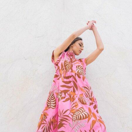 Vestito smanicato a balze in cotone motivo floreale