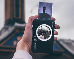 Stampante Canon Zoemini S nera all'opera