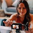 Donna che imposta una fotocamera per il vlogging