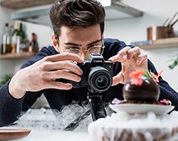 Uomo che fotografa un dessert al cioccolato