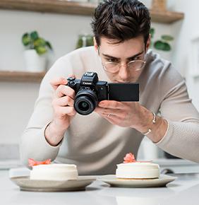 Uomo che gira un vlog sulla creazione di dessert