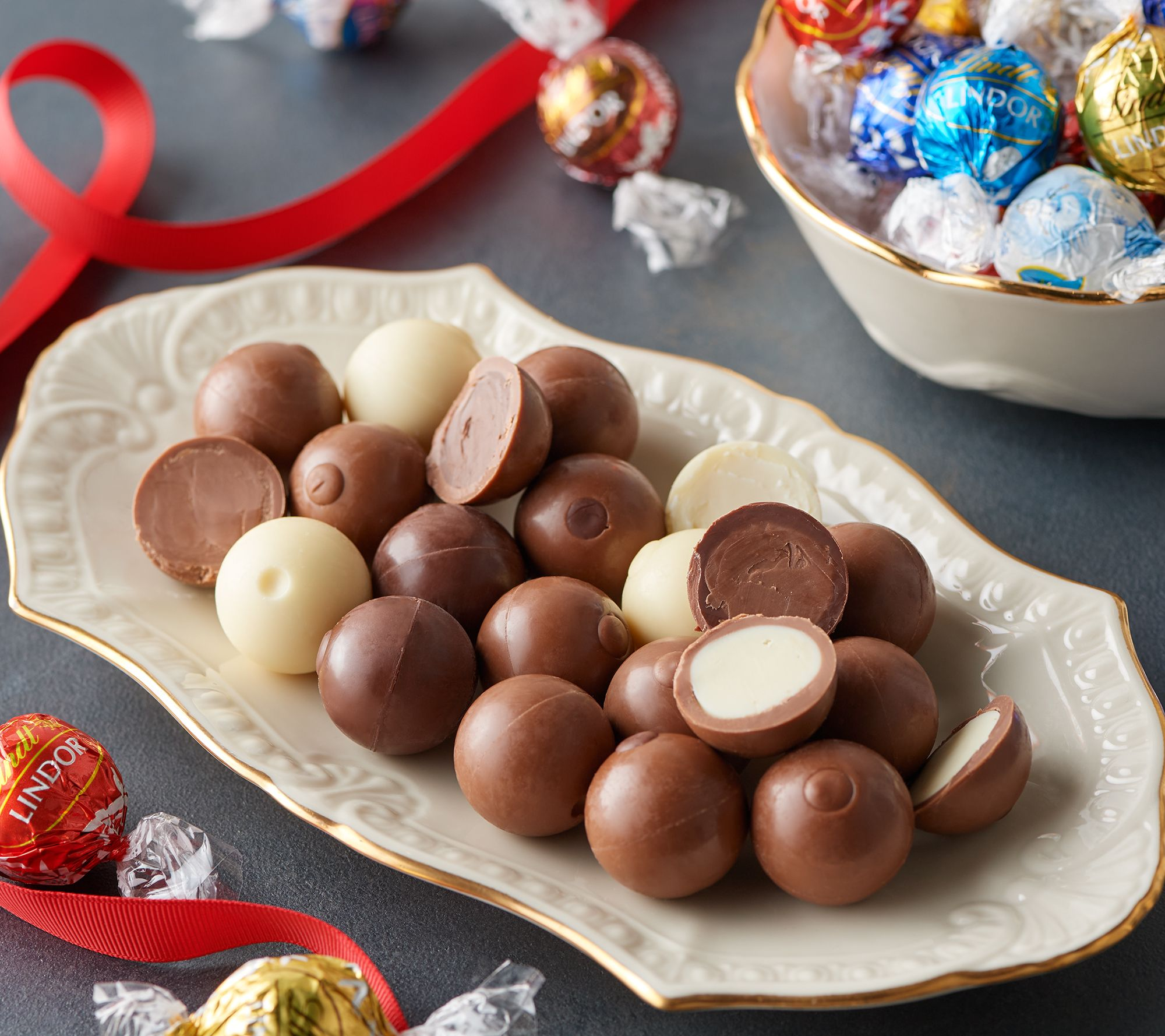SH 11/8 Lindt 150-Pc Lindor Chocolate Truffles in Gift Box