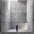 Persona al centro di un edificio vuoto che guarda il soffitto