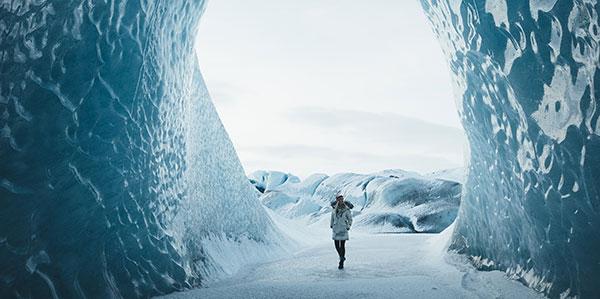 Donna che cammina in un tunnel di ghiaccio
